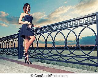 portræt fuld længde, i, smukke, ung kvinde, nær, udsmykket, metal, fence.