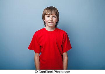 portræt, i, en, dreng, adolescent, ind, rød t-shirt, europæisk, tilsynekomst, på