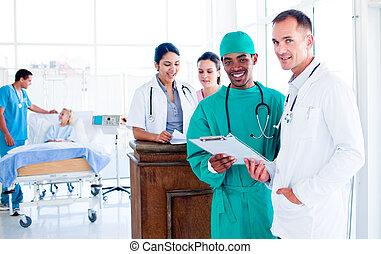 portræt, i, en, graverende, medicinsk hold, arbejde