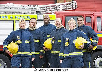 portræt, i, en, gruppe, i, firefighters, af, en, ild motor