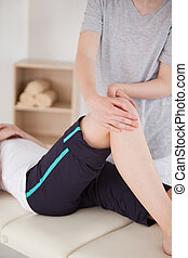 portræt, i, en, sportswoman, har, en, knæ, massage