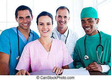 portræt, i, en, succesrige, medicinsk hold, arbejde