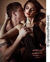portræt, i, glade, kælende par