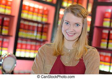 portræt, i, glade, kvindelig, sælger, ind, farmaceutisk, butik