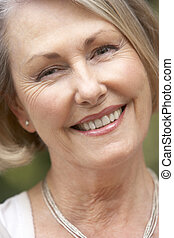 portræt, i, senior kvinde, smil, kamera