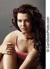 portræt, i, smuk kvinde, hos, brun, curly hår