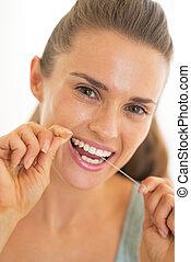 portræt, i, ung kvinde, bruge, dental floss