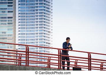 portré, közül, ázsiai, hivatal munkás, texting, képben látható, mobile telefon