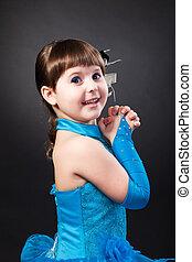 portré, közül, csinos, mosolyog kicsi lány, alatt, hercegnő, ruha