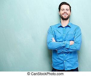 portré, közül, egy, boldog, fiatalember, mosolygós, noha, fegyver kereszteződnek