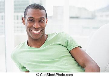 portré, közül, egy, fesztelen, mosolygós, fiatal, afrikai származású, ember
