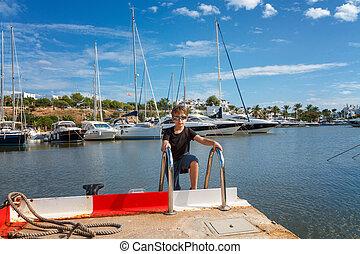 portré, közül, egy, fiú, képben látható, a, móló, noha, kikötött, vitorlázás, jacht, alatt, marina., balearic sziget, spain.