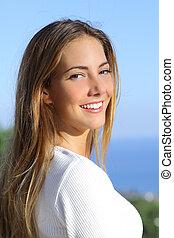 portré, közül, egy, gyönyörű woman, noha, egy, fehér, teljes, mosoly