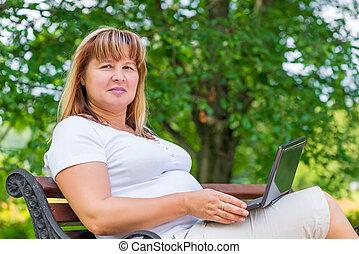 portré, közül, egy, nő, képben látható, egy, bírói szék, a parkban, noha, egy, laptop