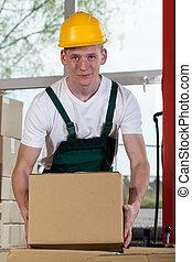 portré, közül, egy, raktárépület, munkás, emelés, egy, doboz