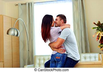portré, közül, egy, young párosít, csókolózás, otthon