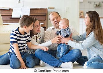portré, közül, fiatal, vidám család, noha, három, csinos, gyerekek, having móka, togethe