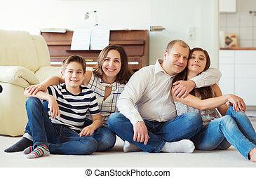 portré, közül, fiatal, vidám család, noha, meglehetősen, tizenéves, lány fiú, having móka, együtt