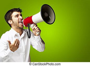 portré, közül, fiatalember, kiabálás, noha, hangszóró, felett, zöld háttér