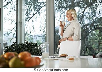 portré, közül, senior woman, birtoklás, reggeli, noha, megfej