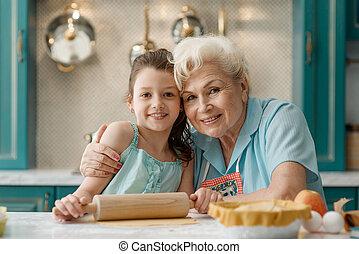 portré, konyha, lányunoka, főzés, asztal, nagyanyó