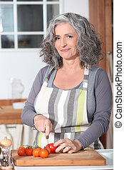portré, senior woman, főzés