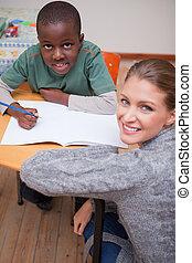 portré, valami, magyarázó, iskolásfiú, tanár, fiatal
