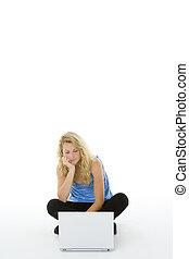 portrait, adolescente, ordinateur portable, elle