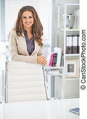 portrait, affaires femme, bureau, heureux