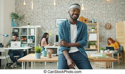 portrait, américain, créatif, lunettes, sourire, type, rigolote, bureau, africaine