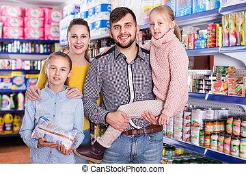 portrait, amical, supermarché, quatre, famille, heureux