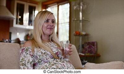 portrait, boire, femme, water., pregnant
