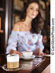 portrait, café, femme, brunette, brouillé