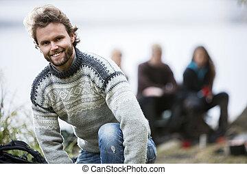 portrait, camping, heureux, jeune homme