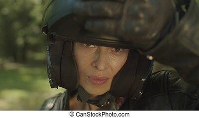 portrait, casque, femme, moto, séduisant