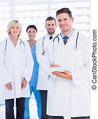 portrait, confiant, heureux, groupe, médecins