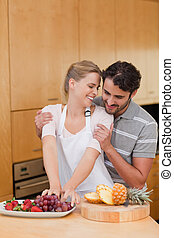 portrait, couple, agréable, manger, fruits