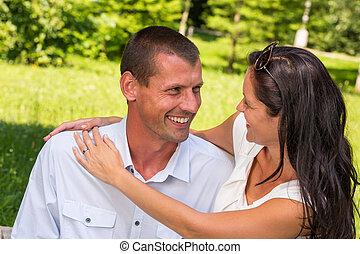 portrait, couple, caucasien, jeune, dehors