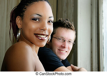 portrait, couple, franc, sourire, interracial