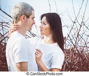 portrait, couple, heureux, jeune, dehors