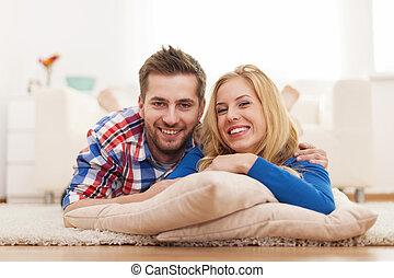 portrait, couple heureux, jeune