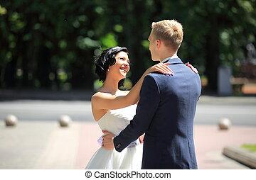 portrait, couple, heureux, jour, mariage