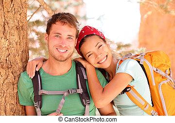 portrait, couple, jeune, randonnée
