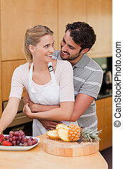 portrait, couple, manger, fruits