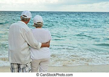 portrait, couple, plage, personnes agées