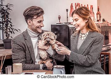 portrait, couple, séance, heureux, chien, café