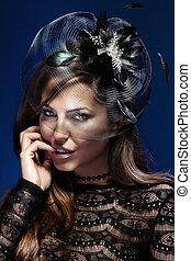 portrait, de, élégant, beau, brunette, femme, poser, dans, chapeau noir, regarder, appareil-photo.