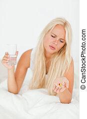 portrait, de, a, blond, femme regarde, à, a, pilule
