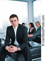 portrait, de, a, bussinessman, dans, réunion affaires, regarder appareil-photo