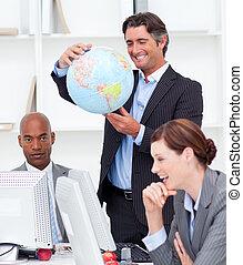 portrait, de, a, chanceux, equipe affaires, conversation, sur, globalisation